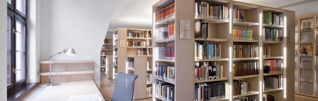 Blick in den Arbeitsbereich der Bibliothek